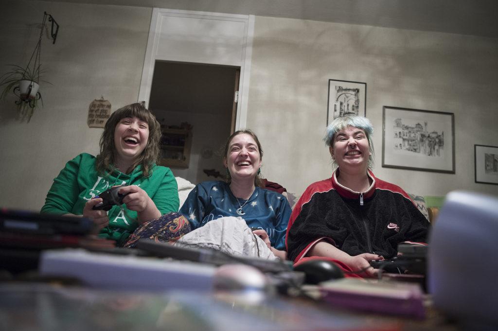 Pims stora intresse är gaming. Något hen delar med vännerna Josefin och Jolina Bertlin.