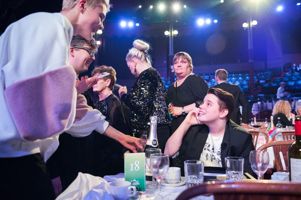 Cameron gratuleras av Youtube-stjärnorna Daniel Holmström och Joakim Kvist.