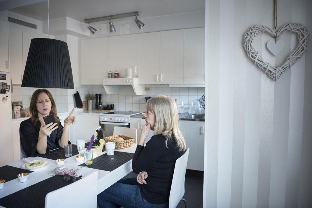 Josefine bor i Enköping tillsammans med sin mamma och syster. Pappan försvann ur bilden när Josefine var barn.